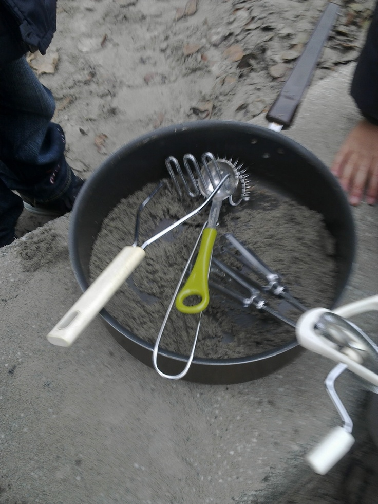 experimenteren in de zandbak met keukenmateriaal (eten maken)