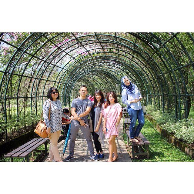 Dibalik foto yg indah ada fotografer yg kepanasan ��☀️�� • • • Taken by @ardi_sc yg kepanasan �� #latepost #flower #hot #summer #tan #green #garden #beautiful #indonesia #visitindonesia #indonesian #vsco #vscocam #snapseed #photography #photograph #canon #canon60d http://tipsrazzi.com/ipost/1504918262001276549/?code=BTiiy-WlZaF