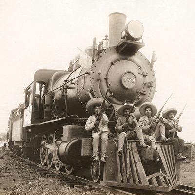 Zapatistas llegando a Cuernavaca, Morelos, en 1911. Foto del libro México: fotografía y revolución (Lunwerg).