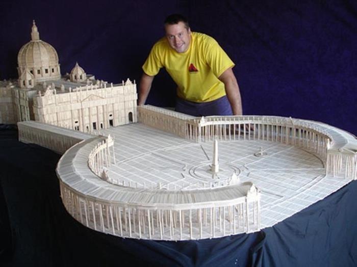 Nunca imaginaste lo que este hombre es capaz de hacer con simples palillos. Stan Munro ha creado toda una serie de esculturas utilizando 6 millones de palilos y 170 libros de pegamento