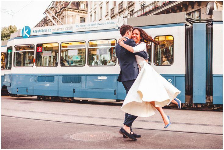 photographie de couple avec tram de Zurich  by Christophe Jung - A Flash Story -  www.aflashstory.com