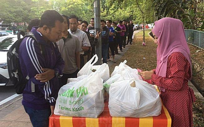 Gadis nasi lemak anak dara tidur 4 jam sehari   Gadis nasi lemak anak dara Siti Hajjar Ahmad 24 hanya tidur empat jam sehari sejak memulakan perniagaannya Ogos lalu.  Anak ketiga daripada lima beradik itu perlu bersengkang mata untuk menyediakan nasi lemak pada awal pagi bagi memastikan jualannya tidak cepat basi sekali gus memberi peluang kepada pelanggannya menikmati hidangan itu semasa masih panas.  Gadis nasi lemak anak dara tidur 4 jam sehari  Menurutnya ramai yang menyangka berniaga…