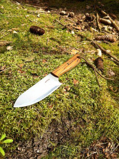 Ručně vyrobený outdoorový nůž, více info v textu - Nabízím ručně vyrobený nůž z nejkvalitnějších materiálů, včetně kydex pouzdra. Je to ruční výroba, žádná sériovka! Nůž je vyroben z jednoho kusu oceli. Viz. foto. Popis nože číslo 8. Ocel čepele: N690 je korozivzdorná ocel vyrobená rakouskou firmou Bohler Materiál střenky: dřevo Bocote, nýty: mosaz Tvrdost: 60-61HRC Celková délka nože: 245mm Délka čepele: 110mm Šířka čepele: 40mm Tloušťka čepele: 3mm Kydex pouzdro: černé barvy (Kydex je…