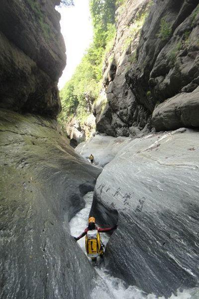 El Camino Español es una ruta histórica que permite practicar multitud de deportes. También los de aventura, como por ejemplo el descenso de barrancos.