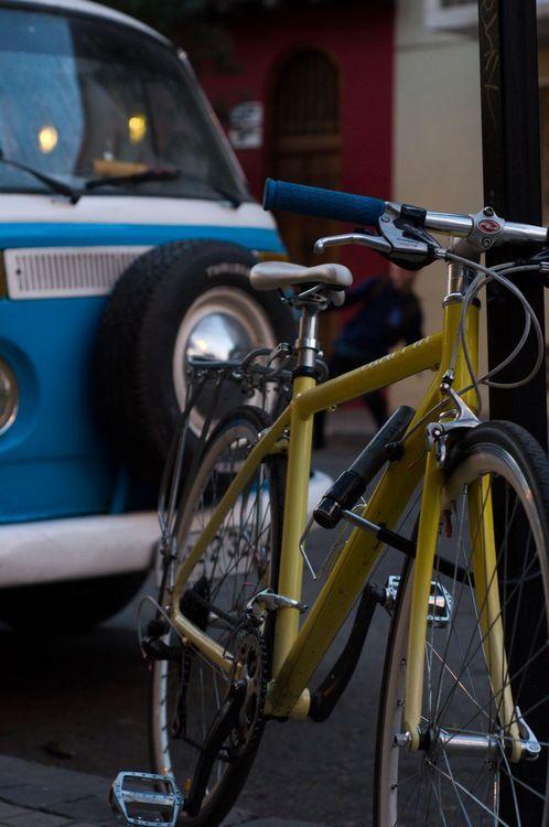 Bicicleta amarilla y combi azul. El sueño hippie-hipster