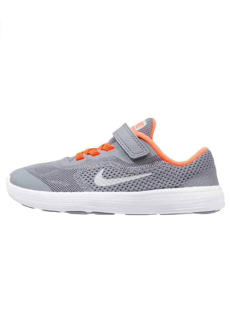 Nike Performance. REVOLUTION 3 - Zapatillas neutras - cool grey/matte silver/dark grey/total crimson. Suela:fibra sintética. Suela exterior:flexible. Plantilla:acolchada,tela. Puntera:redonda. Función:transpirable. Estampado:estampado. Material interior:tela. Material/composición:malla. Deporte:run...