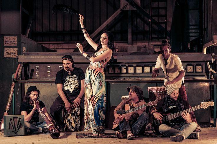 TRIBALI (MALTA) - JYVÄSKYLÄN KESÄ 10.7.2015 Ensi kertaa Suomessa! Sitar, didgeridoo, morchunga, huuliharppu, lyömäsoittimet, kitarat ja rummut yhdistyvät huikeaan lauluun ja huipentuvat kiihkeään maltalaiseen bilerytmiin maailmanmusiikin tyyliin, rockista, reggaehen, skahan ja bluesiin.