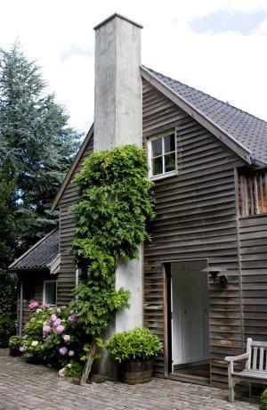 Jag gillar fasaden på det här huset. Snyggt att det liksom smälter in i omgivningen.