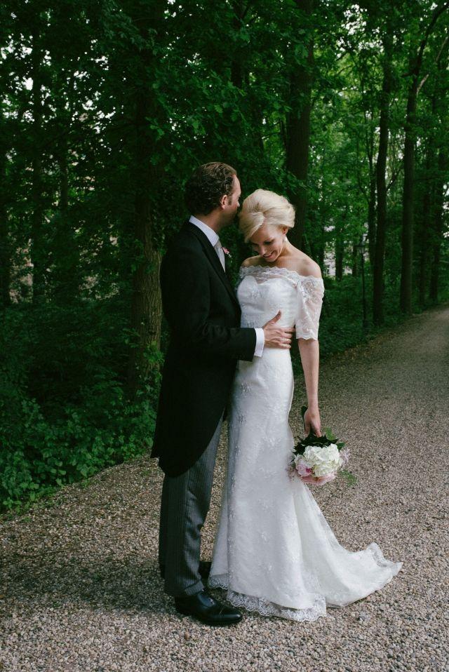 #real #wedding #bruiloft #bride #groom #bruidspaar #vintage #flowers #bruidsboeket #outdoor | Trouwen in Kasteel Wijenburg in Echteld | ThePerfectWedding.nl