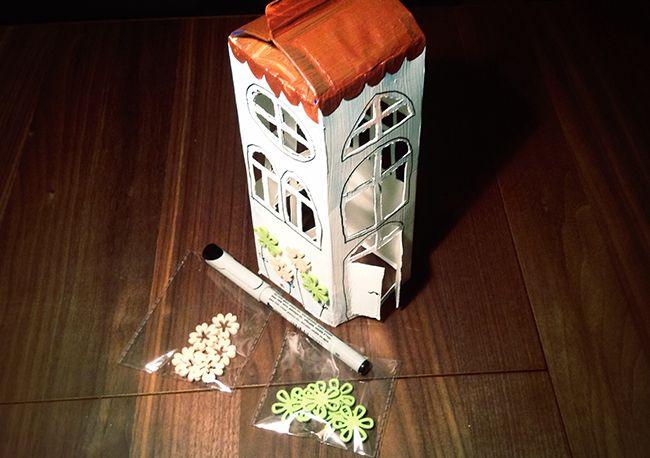 Heute gibt es eine Anleitung, wie ihr eine tolle Laterne aus einem Tetrapack Milchkarton für den Laternenumzug/Martinsumzug basteln könnt. Laterne aus Tetrapack basteln Für die Laterne braucht ihr: - eine Tetrapacktüte (mit spitzen Dach) - Farbe zum Anmalen (ich habe Acrylfarbe benutzt) - Skalpell/Cutter - Transparentpapier - Dekoblumen und feinen Edding - Laternenstange Mit dem Cutter den unteren Boden und den weißen runden Plastikausguß entfernen. Ich habe das runde Ausgußloch…