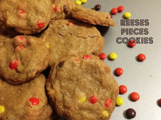 Reese's Pieces Cookies | www.savingyoudinero.com | #peanutbutter #cookies #Reeses