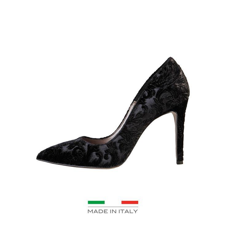 <p><br /> L'empeinge gaufrée donne à cette chaussure décolletée avec talon 10 cm une sens d'opulence.</p><br /> <p><br /> Les nuances colorées avec des reflets chatoyants donnent un effet brillant au design sinueux qui ajoutera une note aristocratique à vos tenues.</p><br /> <p><br /> </p><br /> <p><br /> <strong>Détails</strong></p><br /> <p><br /> <br /><br /> - Collection Automne-Hiver 2016<br /><br /> - 100% MADE...