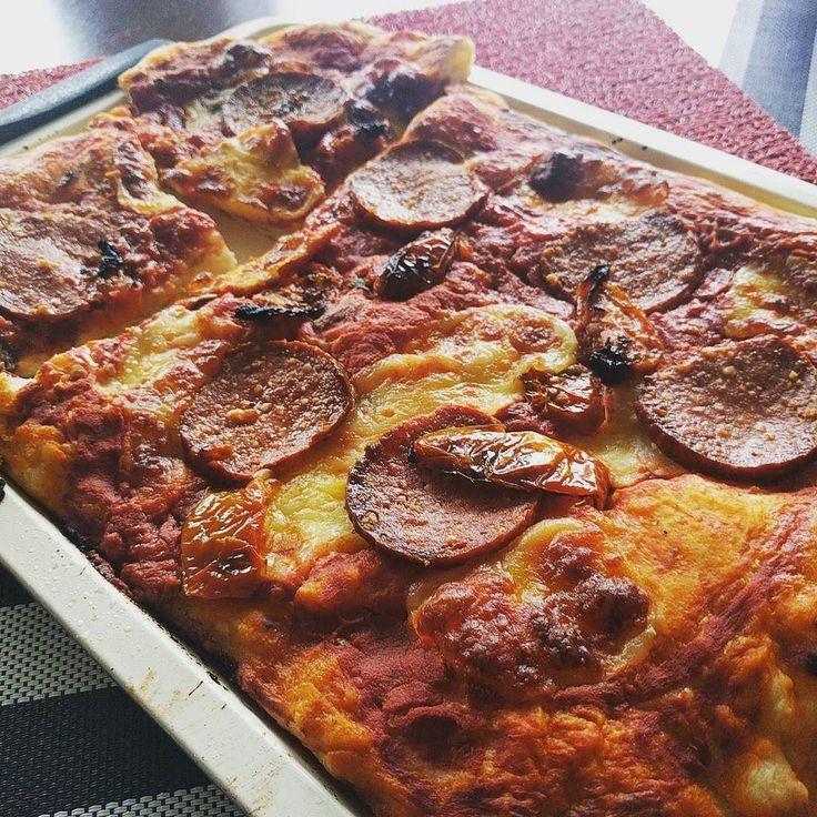 Que #felicidad cuando te levantas y te acuerdas que para el #desayuno tienes las sobras de la #pizza del día anterior!! Dime en un comentario cual es tu desayuno favorito! #pizza #pepperoni #italy #italian #italiancuisine #italianpizza #food #foodie #foodporn #foods #pic #picoftheday #chef #chefsofinstagram #cocinerositalianos #italia