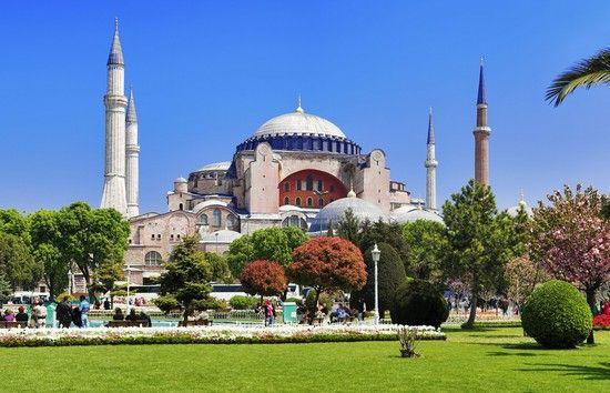 Estambul (Turquia) Basílica de Santa Sofía es el símbolo de Estambul. Fue construida durante el mandato de Justiniano entre los años 532 y 537 y es una de las obras maestras del arte bizantino. Entre 1204 y 1261, Santa Sofía fue la iglesia del Papa. En 1453 fue tomada por el Imperio Otomano y convertida en mezquita. Los otomanos dotaron a la iglesia de cuatro minaretes, una escuela teológica y un comedor público. En 1935, Atatürk transformó el templo en un museo.