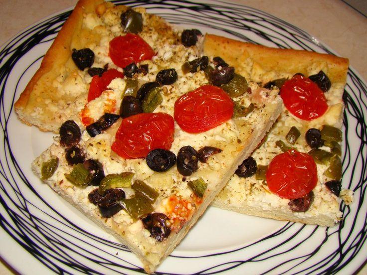 Υλικά: 1 δόση τραγανή ζύμη για πίτσα 500γρ φέτα τριμμένη 150γρ ελιές κομμένες σε ροδέλες 250γρ ντοματάκια cherry κομμένα στη μέση...