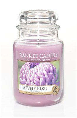 Lovely Kiku. Glädjens blomma! Elegant och uppfriskande doft av krysantemum med inslag av söta körsbärsblommor och varm vanilj. #YankeeCandle #LoveluKiku