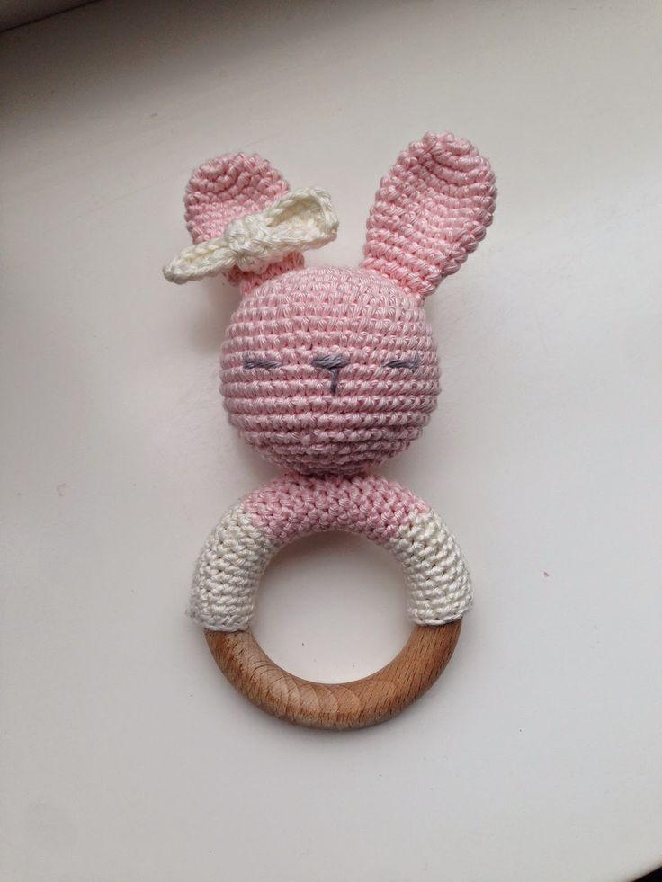 Gehaakte konijnen rammelaar met houten ring. Crochet bunny rattle with wooden ring