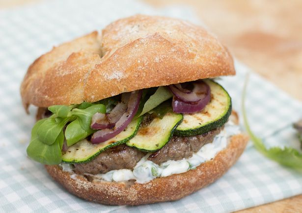 Broodje hamburger met gegrilde groenten, yoghurtsaus en frisse salade - HungryPeople