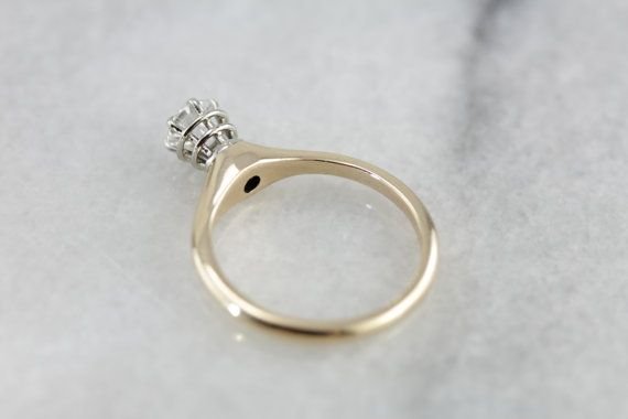 Der große, ungewöhnliche Stil dieses Jahrgangs, die Montage sowie die konzentrischen Kreise und Gleichgewicht, geben dem Verlobungsring eine wunderbare Profil, die an die skandinavischen Designs aus der Mitte des Jahrhunderts-Zeit erinnert!  Metall: 14K Gelb und Weissgold Edelstein: Diamant-.49 Karat, H in Farbe, I2 in Klarheit Edelstein-Maße: 4,8 mm, Runde Ring Größe: 6,50 Marken: 14K auf der Innenseite gestempelt-Band  SKU #: H2Y6KP-P  Jedes Stück wurde identifiziert und klassifiziert…