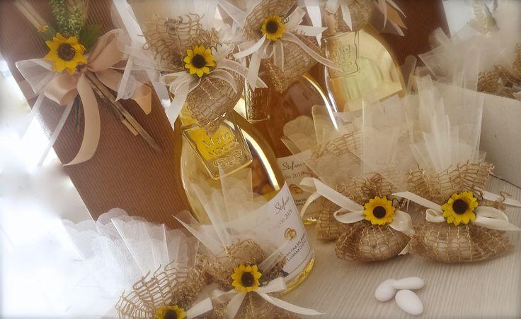Bottiglia di vino con etichetta personalizzata e addobbo country in juta naturale,tulle e girasoli per un matrimonio estivo #countrywedding #girasoli #sunflowers #summerwedding #matrimonio #nozze #estate #confetti #bomboniere