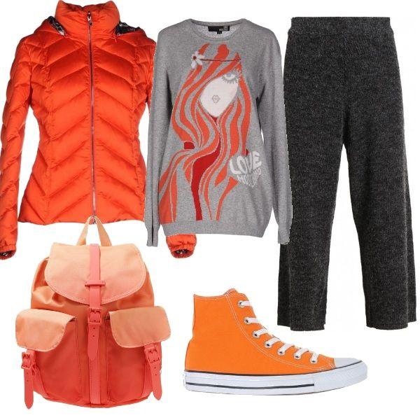 Super comoda con questo abbigliamento colorato. Il pullover, in misto lana di Moschino, è indossato con pantaloni larghi grigi mélange. Le sneakers arancioni alte e lo zainetto dello stesso colore sono abbinati ad un bellissimo piumino corto con cappuccio.