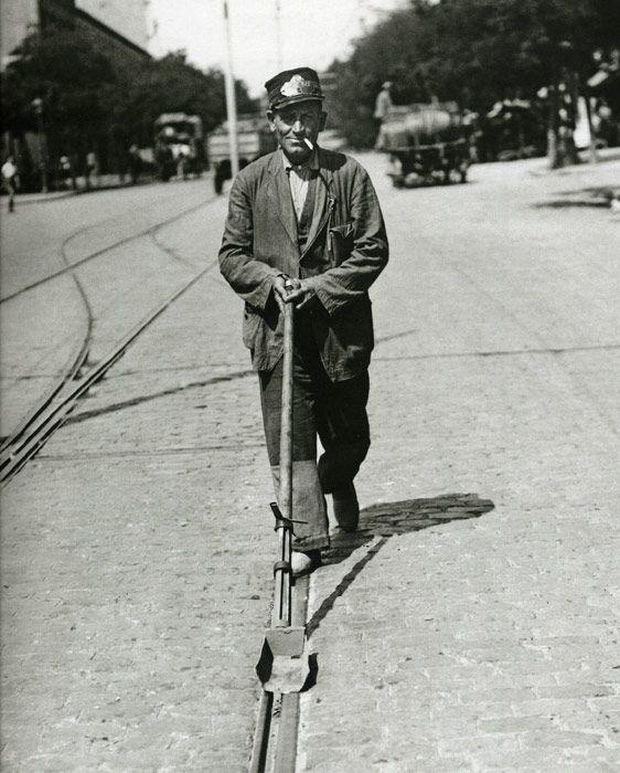 1920. Uno de los más peculiares empleos era el del encargado de mantener limpia la garganta de la vía tranviaria