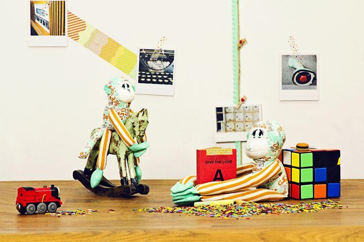 Mono con monito Mom Fifi - Como fieles compañeros de juego de los niños y para decorar su cuarto, mono y monito de textura soft para los más pequeños. Algodón 100% orgánico. Relleno de vellón siliconado (100% poliéster).  Disponible en 2 versiones. Medidas: 43cm largo x 12cm ancho.