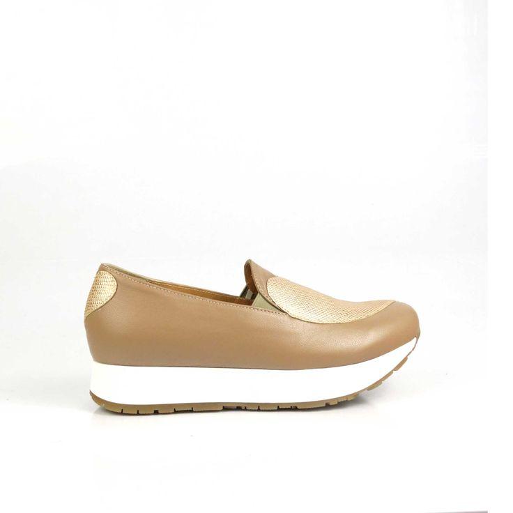 Pantofii de damă Mineli QueenLitesunt realizați din piele naturală în nuanțe nudeși sunt stilizați cu oinimioarădin piele auriu metalizat.