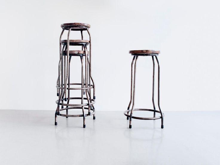 Industrielle barstoler i resirkulert tre og metall. Laget av resirkulert teak fra gamle fiskebåter på Bali. Krakkene fås med sorte eller turquise ben. Størrelse: Høyde: 70 cm Bredde: 38 cm i diameter Setet: 30 cm i diameter Pris: 790 kr pr. stk.