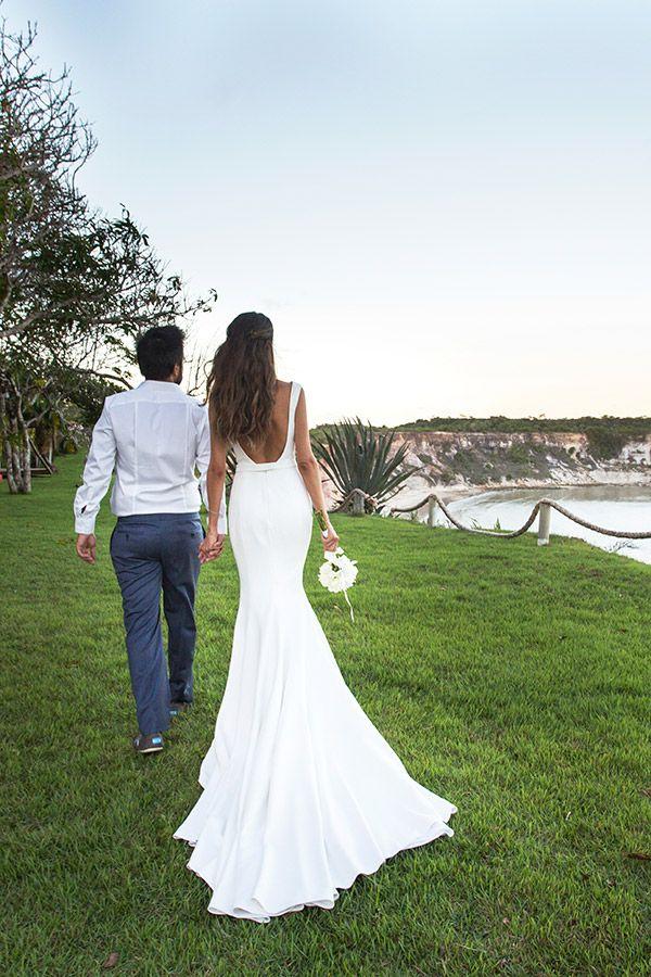 Vestido de noiva sereia com cauda longa e decote nas costas - casamento na praia