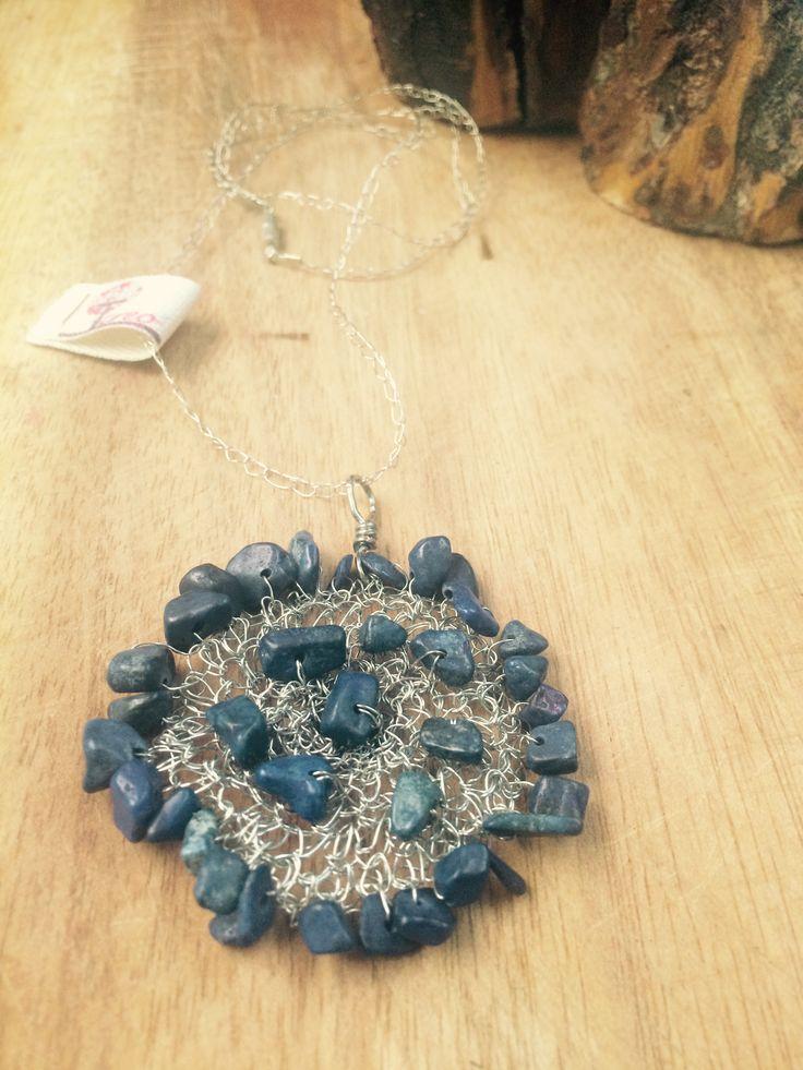 Collar de hilo de cobre con aplicación de lapislázuli, tejido a crochet