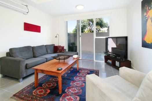 4/114a Westbury Close, East St Kilda, Melbourne. An immaculately furnished 2 bedroom East St Kilda apartment on the ground floor facing a large sun filled courtyard. The spacious suite has abundant natural light and a peaceful street location and is perfect for relocations and executive apartment rentals or short stays.