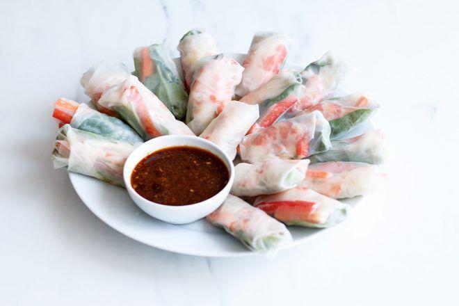 Βιετναμέζικα ρολά με γαρίδες και σάλτσα-ντιπ sriracha