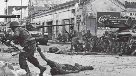 Foto Periodismo El intento de golpe de Estado conocido como El Porteñazo llenó Puerto Cabello de unos cuatrocientos muertos. Luigi Scotto se las arregló para no ser uno de ellos y legarnos estas imágenes.