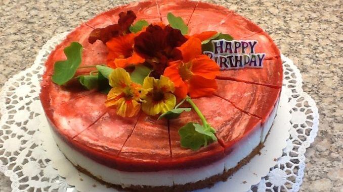 Beide Cremes leicht dicklich werden lassen, nun erst die weiße, dann die rote Creme auf dem Kuchen verteilen. Mit dem Löffel kleine Wölkchen ziehen. Wenn der Kuchen fest geworden ist, am besten ein paar Stunden in den Kühlschrank geben.