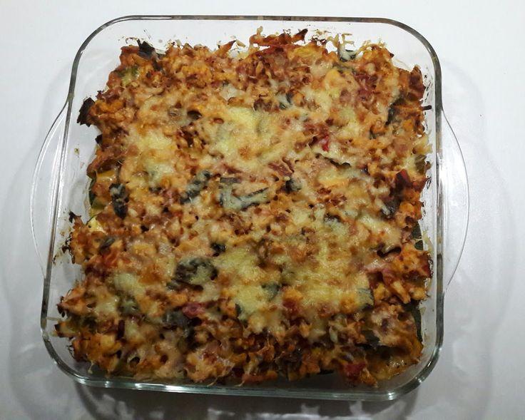 Ik heb weer eens een lekker en simpel koolhydraatarm recept voor jullie. Een ovenschotel maken is zo lekker makkelijk, ik hou d'r van!😁