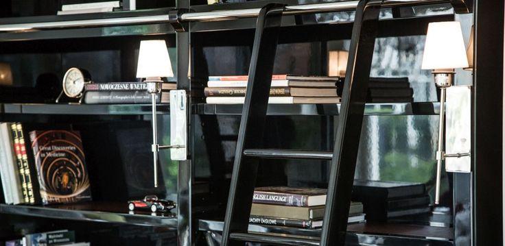 Biblioteka w gabinecie jest nieodzowna jeśli chcecie utrzymać swoje książki w ładzie. U nas możecie wykonać również bibliotekę ze szklanymi drzwiami, przez co zniknie również problem z kurzem :)