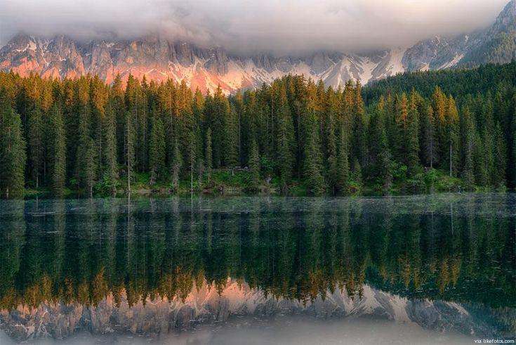 """Uma imagem que é um autêntico """"reflexo e espelho"""" da beleza que podemos encontrar no lago Karersee (italiano: Lago di Carezza). Está localizado na cadeia montanhosa das Dolomitas, no sul de Tirol, Itália."""