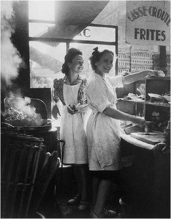 Marchandes de frites, rue Rambuteau, Paris (Willy Ronis) 1946