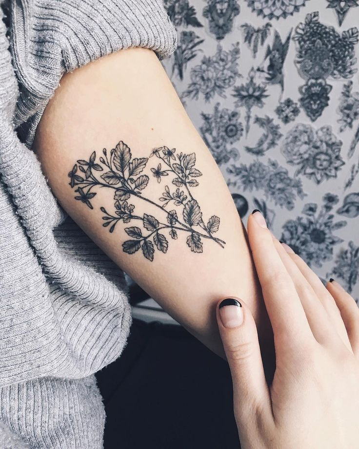 "2,107 To se mi líbí, 7 komentářů – Yaana Gyach • tattoo artist (@yg.tattooing) na Instagramu: ""healed✖️yg.tattooing@gmail.com • • • #ygtattooing #gyachyaana #linework #dotwork #blacktattoo…"""