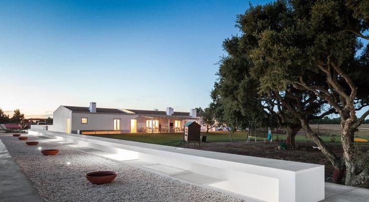 Localizado em São Teotónio, o Pé no Monte é uma casa de campo moderna que proporciona uma estadia tranquila no Sudoeste Alentejano e Costa Vicentina.