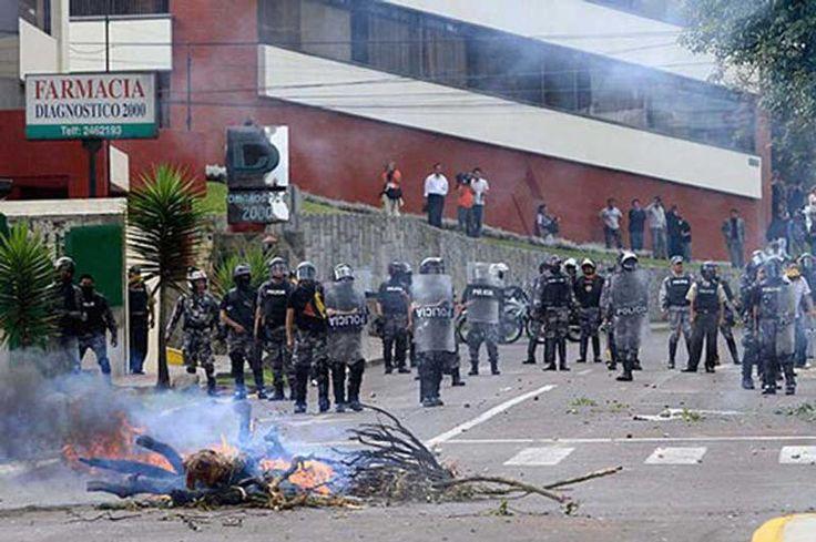 Bilde av politi som er i opprør i Ecuador