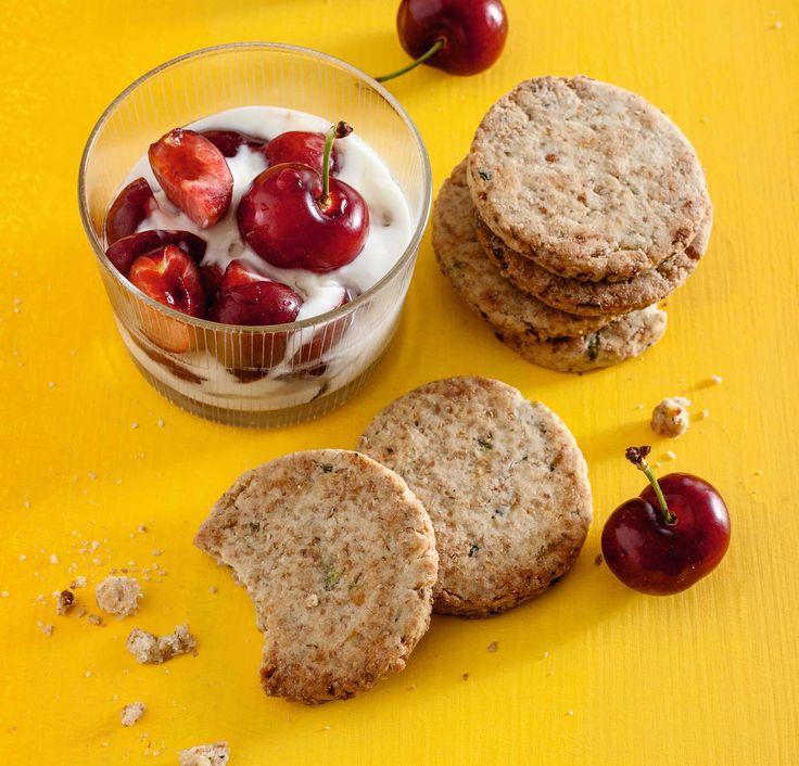 Biscotti dolci alle zucchine e limone con ciliegie e yogurt