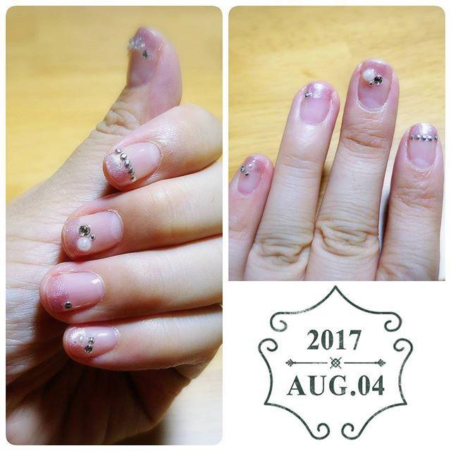 初ジェルネイルー✨わかりづらいけど(笑)  ベースにクリアを塗って、指先にピンクの細かいラメを塗って、ダイソーのシールタイプのストーンを貼って、トップコートで仕上げました🌹  はじめてなのであまり目立たないカラーで挑戦。LEDのペン型ライト(ネイル用) で充分固まります。  これから色々揃えてやってみよー。家事や仕事で剥がれるのを気にしなくていいのがいいね👍 #ネイル #nail #nailart #ジェルネイル #ネイルアート #ネイルデザイン #gelnail #네일 #ショートネイル #セルフネイル #100均ネイル #ダイソー