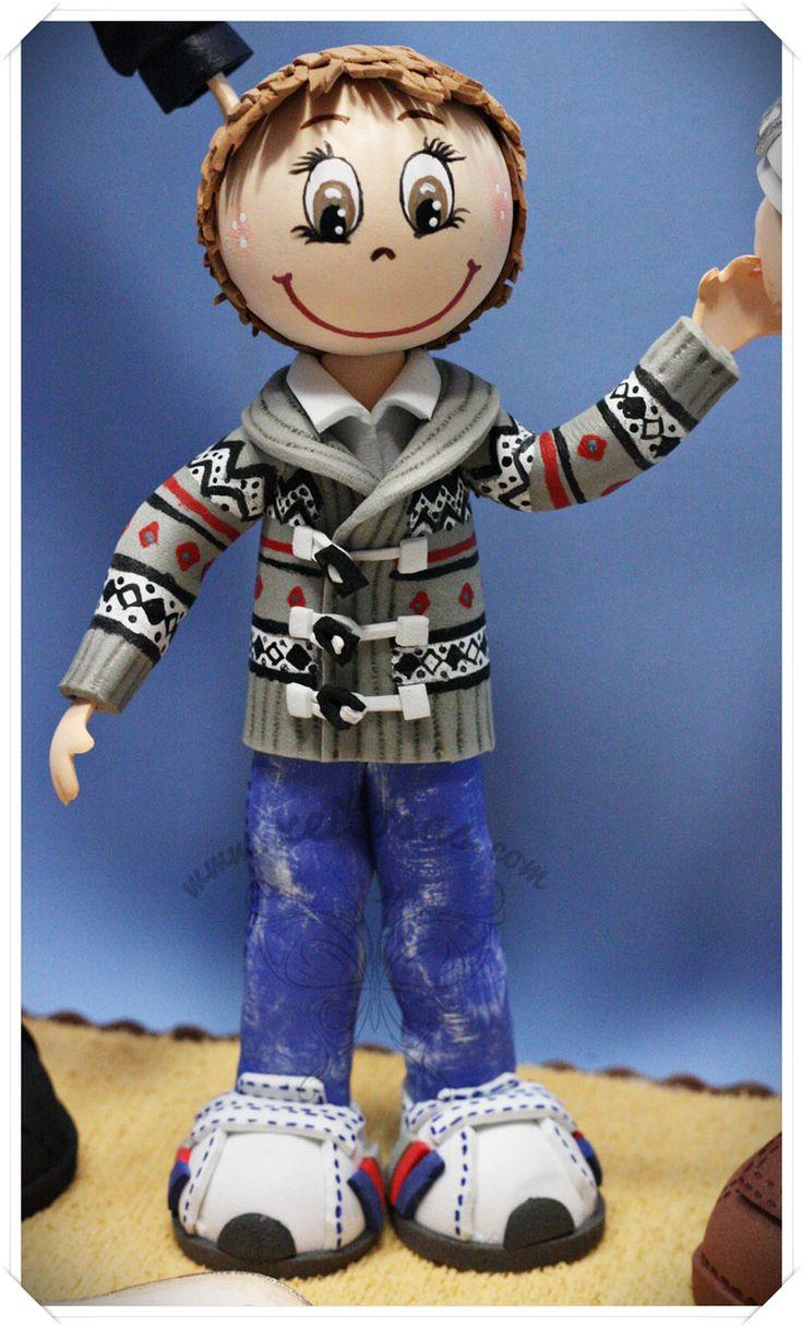 Pareja de fofuchas con su hijo. Todos personalizados y con los detalles pintados a mano, como chaqueta del niño, vestido de la chica y bolso gorjuss. Todo en goma eva. http://www.xeitosas.com/