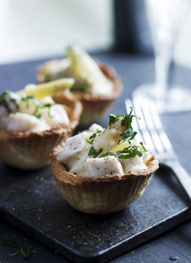 Tarteletter har lidt af det hele - sprødhed og cremet fyld, og derfor er de fleste vilde med tarteletter. Prøv den klassiske version med høns i asparges!