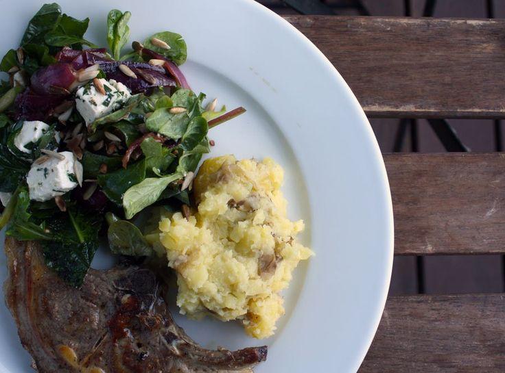 Lammekoteletter med lun salat og kartoffelkompot med pecorino
