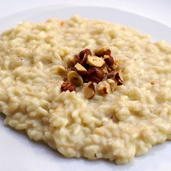 Il risotto al Castelmagno e nocciole delle Langhe, preparato con riso Autentico Carnaroli della Riserva San Massimo è un piatto veloce e delizioso.
