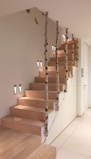 Weiße Birkenstämme von Birkendoc verschönern jedes Haus. Hier ein Treppenaufg… – Birkendoc