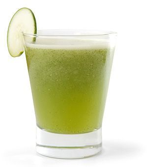La délicieuse association de pomme, de concombre et de gingembre  Prenez une pomme verte et nettoyez-la bien (vous n'avez pas besoin de l'éplucher). Choisissez un concombre adapté, et épluchez-le. Vous aurez également besoin de 40 grammes de gingembre frais. Faites une infusion de gingembre dans un verre d'eau bouillante (250 ml). Une fois que la décoction est prête, ajoutez-la dans un mixeur avec la pomme et le concombre coupés en morceaux.